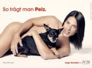 """TV-Juror mit Herz: Jorge González lässt alle Hüllen fallen und posiert mit Hund Willie für neues PETA-Motiv der Kampagne """"So trägt man Pelz"""""""