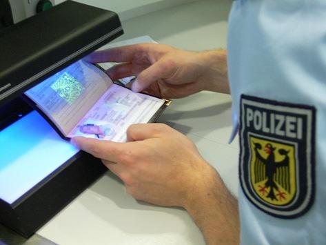 """Bundespolizeidirektion München: Monatlich bleiben rund 20 im """"Filter"""" hängen – Rosenheimer Bundespolizei stoppt Urkundenfälscher bei Grenzkontrollen"""
