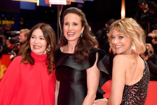 Exklusives Bildmaterial von L'Oréal Paris: Andie MacDowell, Heike Makatsch und Iris Berben bei der Eröffnung der 69. Berlinale