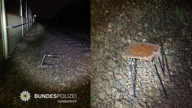 Bundespolizeidirektion München: Gefährlicher Eingriff in den Bahnverkehr: Jugendliche stellen bei Olching Hocker ins Gütergleis