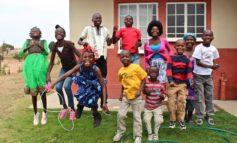 Zur Erinnerung: Am 25.04 werden die SOS-Kinderdörfer 70. / In sieben Jahrzehnten hat die Hilfsorganisation vier Millionen Kindern eine Zukunft gegeben