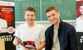 """KiKA-Moderator Tim Gailus trifft Fußballprofi Thomas Müller / Medienmagazin """"Timster"""" zum Welttag des Buches"""
