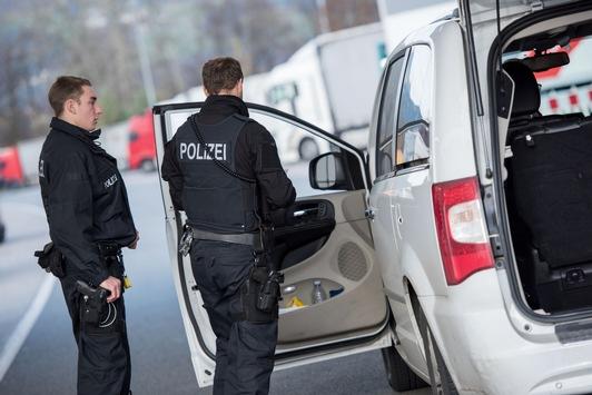 Bundespolizeidirektion München: Vor Zurückweisung: Führerschein abgegeben und Geldstrafe gezahlt – Bundespolizei beendet mutmaßliche Schleusertour auf A93