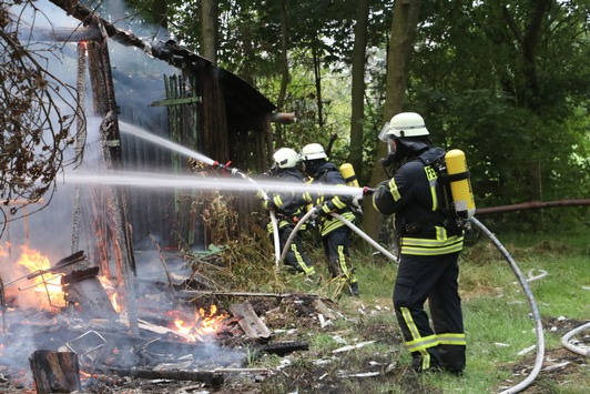 FW Schiffdorf: Scheune brennt zwischen Spaden und Wehden ab