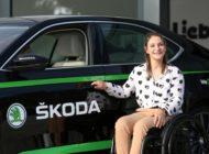 Olympiasiegerin Kristina Vogel fährt Rollstuhlfahrer-gerechten SKODA SUPERB