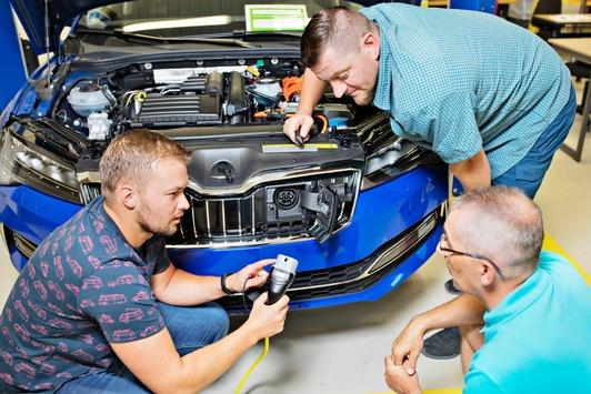 SKODA AUTO bildet Belegschaft für Anforderungen der Elektromobilität aus