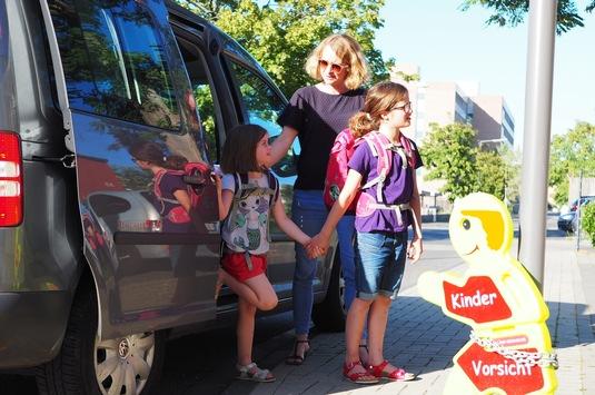 """TÜV Rheinland: Schulkinder frühzeitig an Straßenverkehr gewöhnen / Kinder mit dem """"Elterntaxi"""" nicht bis zum Schultor bringen / Mangelnde Erfahrung führt zu höheren Durchfallquoten beim Führerschein"""
