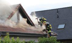 FW Schiffdorf: Feuerwehren bekämpfen Dachstuhlbrand in Schiffdorf
