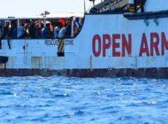 Mehrere Flüchtlinge springen ins Wasser