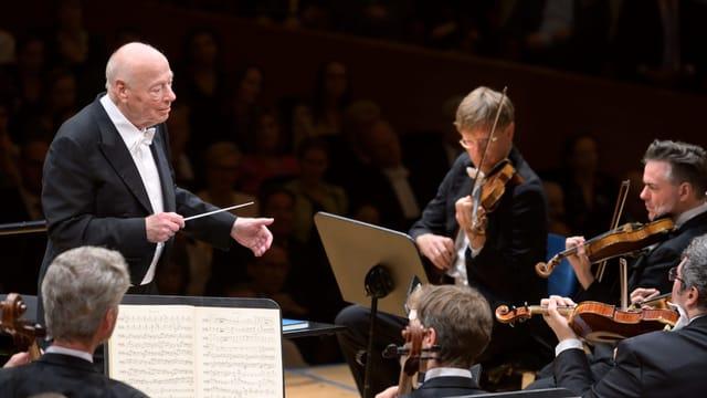Ruhig legt der Maestro seinen Dirigierstab nieder