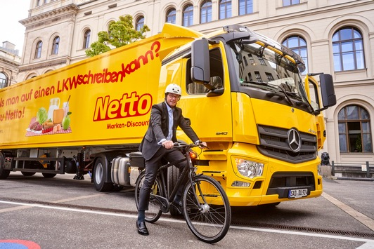 """Großer Schritt für die """"Aktion Abbiegeassistent"""" des Bundesverkehrsministeriums / Als erster großer Lebensmitteleinzelhändler stattet Netto alle Lkw mit Sicherheitssystem aus"""