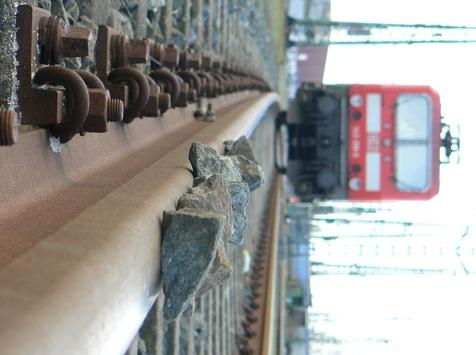 BPOL-HB: Aufgelegte Steine im Bahnhof Meckelfeld von ICE überfahren