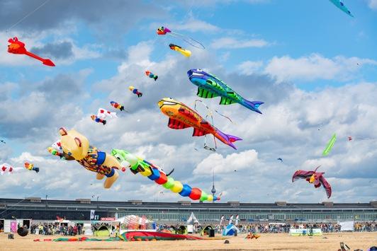 8. STADT UND LAND-Festival der RIESENDRACHEN / Weltweit größtes Windrad kommt nach Berlin / Zehntausende Besucher erwartet