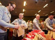 Verantwortung vorleben: Internationale Führungskräfte der Berner Group packen 1.000 Nikolaussäcke für Kinder aus sozialen Brennpunkten