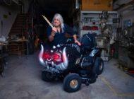 Rocklegende versteigert Rasenmäher-Unikat - Mikkey Dee (Motörhead/Scorpions) engagiert sich mit Briggs & Stratton für eine Kampagne gegen sexuelle Gewalt - Internationale Auktion bis 15. Dezember