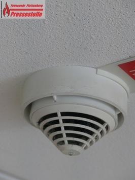 FW-PL: OT-Ohle. Herd vergessen abzuschalten. Rauchmelder alarmieren Nachbarn. Feuerwehr muss Tür öffnen.