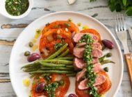 Bringen Sie ein kulinarisches Highlight auf den Tisch: Zarter Lammrücken mit Gremolata auf gebratenen Ochsenherztomaten mit grünen Bohnen