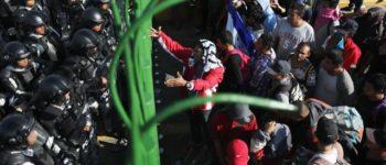Hunderte Migranten stehen vor der Grenze Mexikos