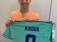 Traumtor-Andenken: Toni Kroos versteigert getragenes Supercup-Trikot / Mit dem Sammlerstück unterstützt der Fußballstar schwerstkranke Kinder
