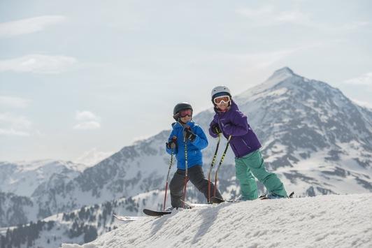 Zum Saisonschluss fahren Kinder im Alpbachtal gratis Ski