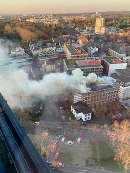 FW-F: Feuer in der Dachkonstruktion eines Gebäudes der Fachhochschule Frankfurt