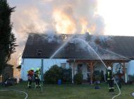 FFW Schiffdorf: Rund 110 Einsatzkräfte der Feuerwehr bekämpfen Dachstuhlbrand.
