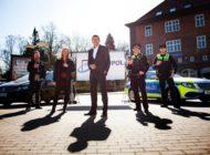 POL-HH: Smartphone statt Merkbuch: Polizeipräsident Ralf Martin Meyer übergibt 1400 Diensthandys an den Vollzug