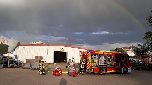 FW Bremerhaven: Lagerhallenbrand in der Van-Heukelum-Straße