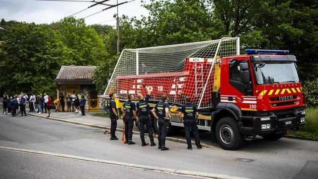 Lausanner Polizei entfernt Fussballtore