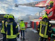 FW-NE: Feuer in einer Werkstatt an der Josefstraße | Mehrere Löschzüge im Einsatz