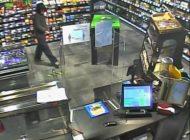 POL-HH: 200707-4. Öffentlichkeitsfahndung mit Videosequenzen und Lichtbildern nach bewaffnetem Überfall auf Tankstelle in Hamburg-Schnelsen (siehe auch Pressemitteilung 200503-1.)