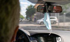 Rückspiegel taugt nicht als Garderobenhaken / DEKRA Experten raten: Corona-Maske nicht ins Sichtfeld hängen