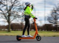 Ablenkung führt oft direkt in den Gegenverkehr / Studie von ADAC und ÖAMTC zeigt: Nebentätigkeiten haben immer negative Auswirkungen auf das Fahrverhalten - egal ob als Auto-, Rad- oder eScooterfahrer