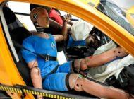 Barfuß am Steuer, Füße hoch und das Gummiboot auf dem Dach / Was im Sommer beim Autofahren erlaubt ist