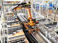 Roboter liefert im SKODA AUTO Werk Kvasiny Teile just-in-sequence an die Fertigungslinie