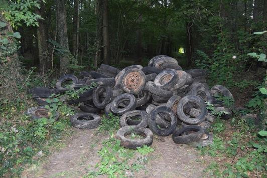 POL-NI: 200 Altreifen in Waldgrundstück entsorgt