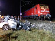 POL-LG: ++ Kollision zwischen PKW und Regionalbahn ++ Zug schleift Kleinwagen Toyota mehrere hundert Meter mit ++ Fahrzeugführerin verstirbt im Fahrzeugwrack ++ halbseitige Schranken umfahren ++
