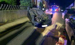FW-Stolberg: Auto überschlägt sich in Wohngebiet