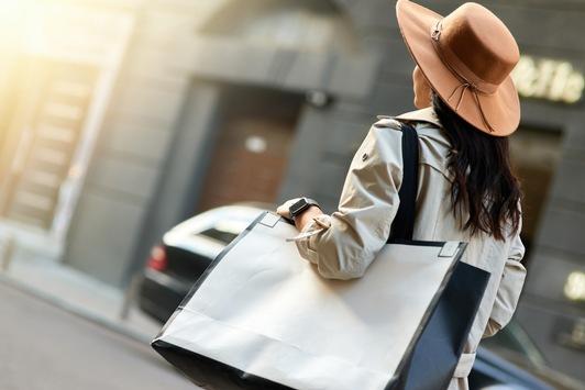 Achtung: Beliebtes Damen-Accessoire führt zu Rückenschmerz